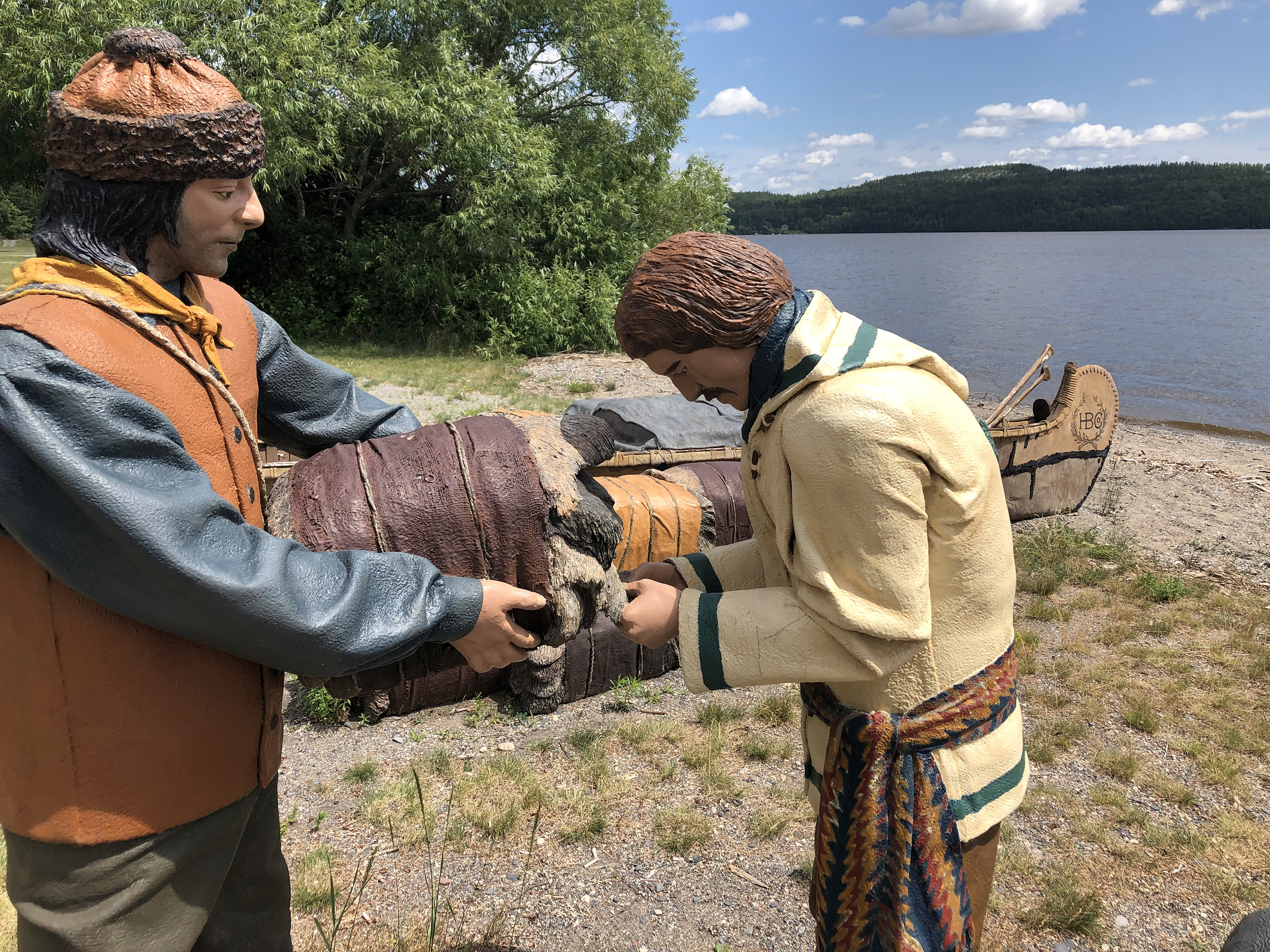 Reproduction d'une scène de chargement de fourrures dans les canots sur les bords du lac Témiscamingue, au Fort Témiscamingue, en Abitibi-Témiscamingue.